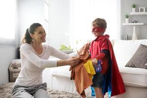 kleiner Superheld, der seiner Mutter hilft