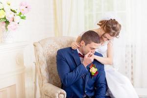 sanfte Umarmungen und Küsse der Braut Bräutigam foto