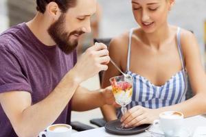nettes Paar sitzt im Cafe foto