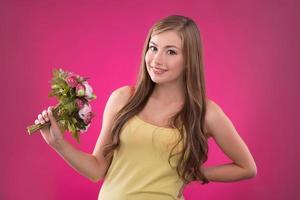 schönes Mädchen auf Rosenhintergrund foto