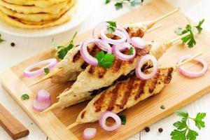 Gegrillte Hähnchen-Kebabs.