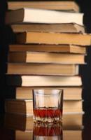 Glas Whisky und Bücher foto