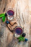 hausgemachter Schnaps mit Alkohol und Beerenfrüchten foto