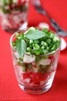 Salat mit frischen Radieschen in einem Glas foto