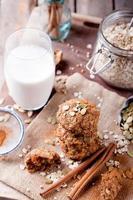 Hafer- und Erdnussbutterkekse mit Kürbiskernen, Zimt, Milch. foto