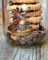 Glas mit süßen und leckeren Schokoladenkeksen mit Kaffeebohnen foto
