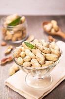 Erdnuss im Behälter foto
