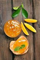 Brot und Orangenmarmelade, Draufsicht foto