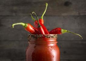 Bloody Mary Cocktail mit roten Jalapenopfeffern foto