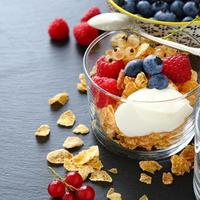 Müsliflocken und Joghurt in einem Glas foto