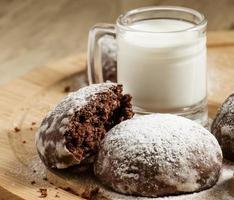 hausgemachte Schokoladenkekse mit Milch foto