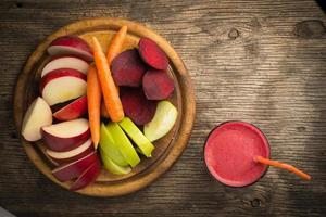 Glas frischer Rote-Bete-, Apfel- und Karottensaft foto