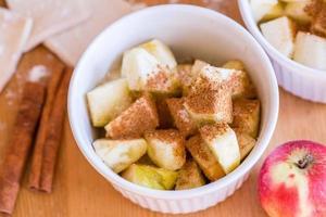 rote Äpfel, Zimt für Apfelkuchen foto