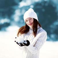 Mädchen spielt mit Schnee