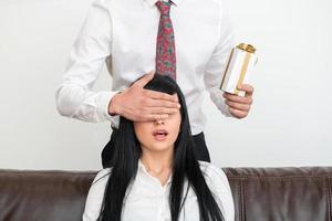 Porträt des jungen Geschäftsmannes, der hinter hübscher Frau steht foto