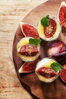 cremeweißer Joghurt mit Honig, Feigen und Minze foto
