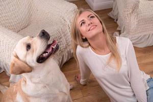 schönes blondes Mädchen mit Labrador Retriever foto