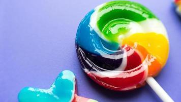 bunte und verschiedene Form des Lutschers auf farbigem Hintergrund foto