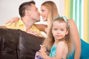 süßes kleines Mädchen, das Spaß mit den Eltern hat foto