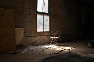 Stuhl vor dem Fenster foto
