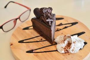 Schokoladenkuchen auf Teller auf Tisch foto