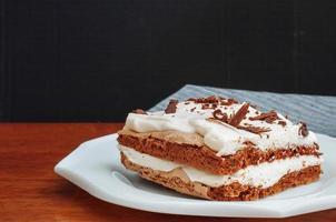 Kaffee-Baiser-Kuchen mit Sahne foto