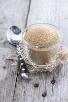 Schüssel mit braunem Zucker foto