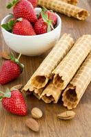 hausgemachte Waffel mit Erdbeere auf einer Holzoberfläche foto