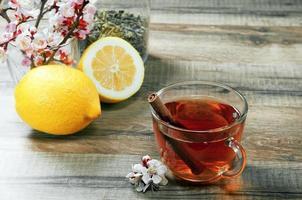 Tasse Tee und Blumen foto