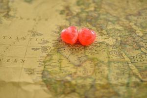 süße Herzensbonbongeschenkliebe in der alten Algerienkarte foto