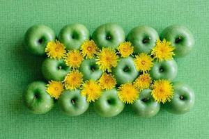 grüner Apfel und Löwenzahn foto