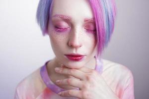junges Mädchen mit rosa Augen und Haaren, wie eine Puppe