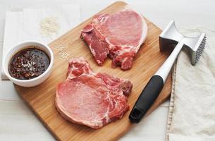 Vorbereitung von rohem Fleisch zum Kochen foto