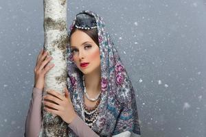 Porträt des russischen Mädchens mit Birke