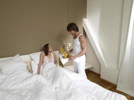 Mann bringt seine Freundin Frühstück. foto