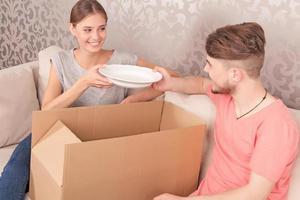 nettes Paar, das Kisten öffnet foto