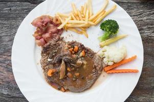 Gegrillte Steaks, Pommes und Gemüse foto