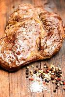 gegrilltes Steak auf einem alten Holzbrett foto