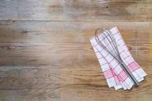 Küchentuch Hintergrund mit Schneebesen foto