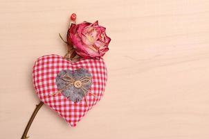 Liebessymbole auf hölzernem Hintergrund