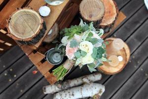 Brautstrauß von Rosen auf einem Holzbrett foto