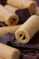 Waffelröllchen mit Schokolade foto