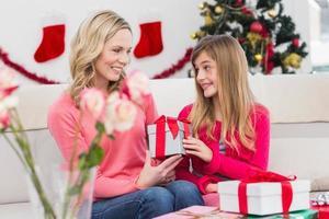 festliche Mutter und Tochter mit vielen Geschenken foto