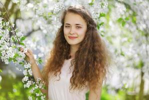 süßes lächelndes Mädchen im Freien, sonniges Frühlingsporträt junges Mädchen, cu foto