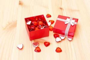Box mit niedlichen kleinen Valentinstagherzen foto