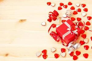 süße rote Geschenkbox, Bänder und Valentinstagherzen foto