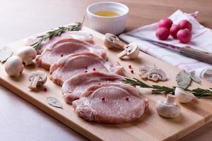 Schweinefilet mit Champignon, Rosmarin, Lorbeerblättern und Pfeffer foto