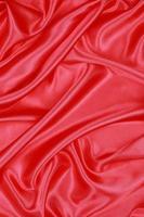 rotes Seidentuch mit abstraktem Hintergrund