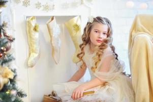schöner Kinderkamin mit Strümpfen verziert foto