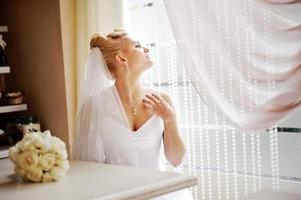 wunderschöne kaukasische Braut im schönen Kleid foto
